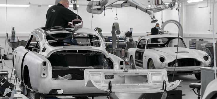 アストンマーティンが「007 ゴールドフィンガー」の装備をつけたDB5を手作りで再生産
